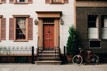 voordeur woning in stad